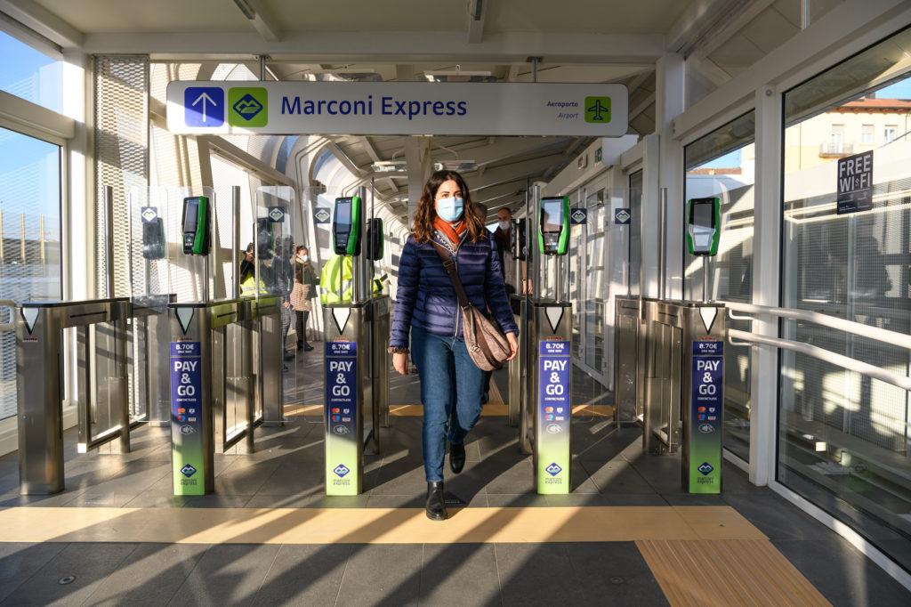 Una donna varca i tornelli del Marconi Express nel primo giorno di servizio